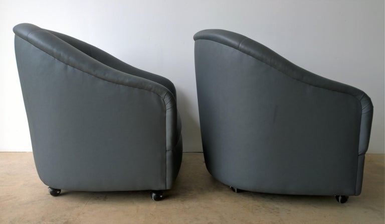 Newly Upholstered in Knoll Whip Gray Barrel Back Club/Armchairs on Casters, Pair In Good Condition For Sale In Houston, TX