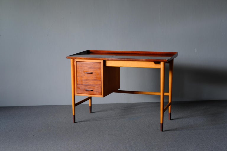 Really charming dressing table. Made by cabinetmaker Niels Vodder in the 1940s. It has his hallmark of pieces being formally elegant yet modest in structure. It is fashioned in beech with the top, drawer fronts and shoes in mahogany. The flip up top