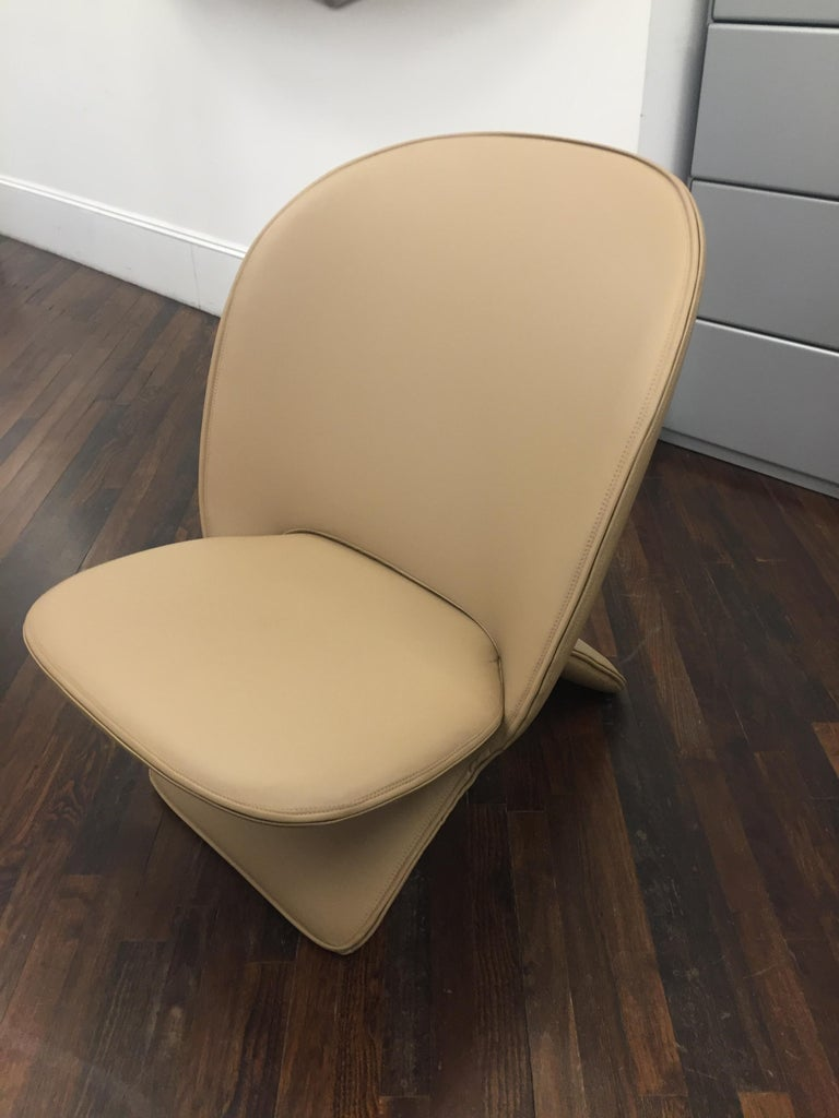Artifort Niloo Pinguin Chair by Khodi Feiz In Excellent Condition For Sale In New York, NY