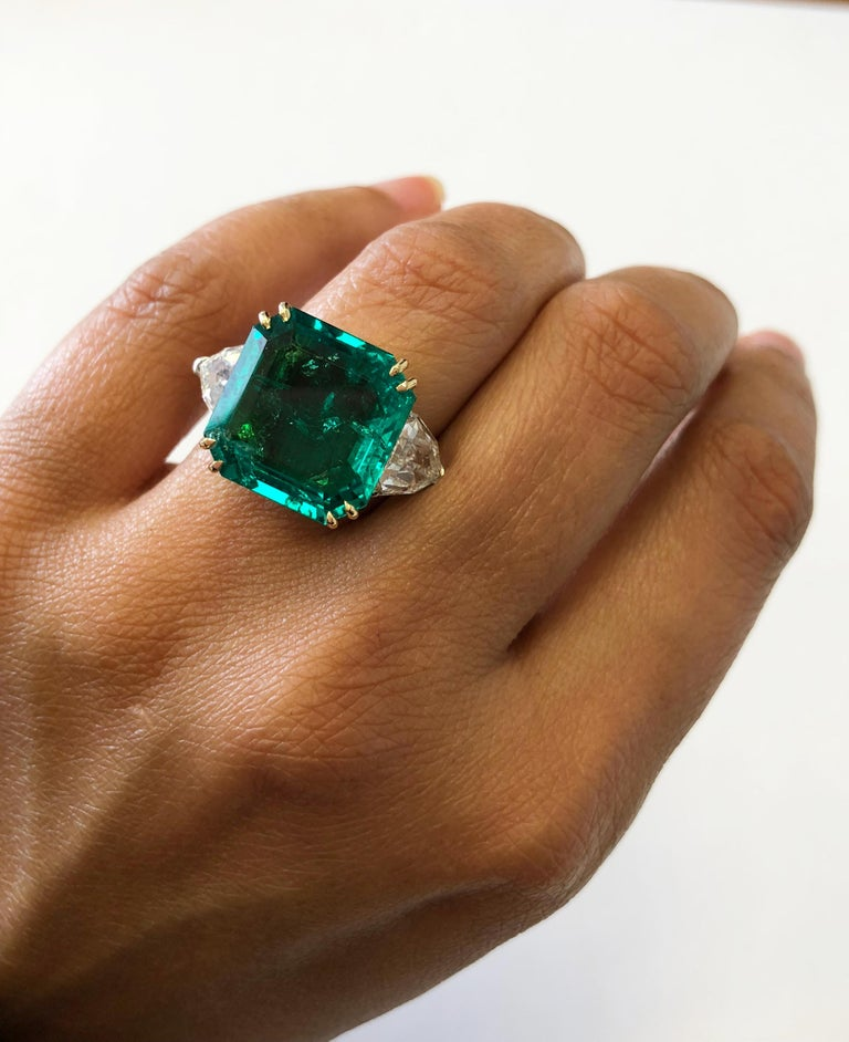 No Oil Colombian Emerald and Diamond Shield Ring in 18 Karat with GIA and AGL For Sale 2
