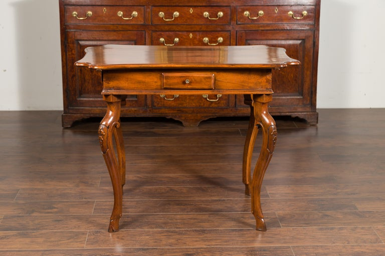 Northern Italian 1720s Régence Walnut Side Table with Four Drawers and Cabrioles For Sale 10