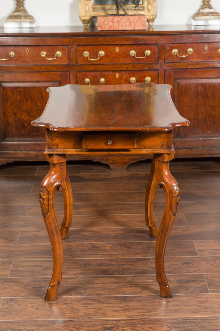 Northern Italian 1720s Régence Walnut Side Table with Four Drawers and Cabrioles For Sale 11