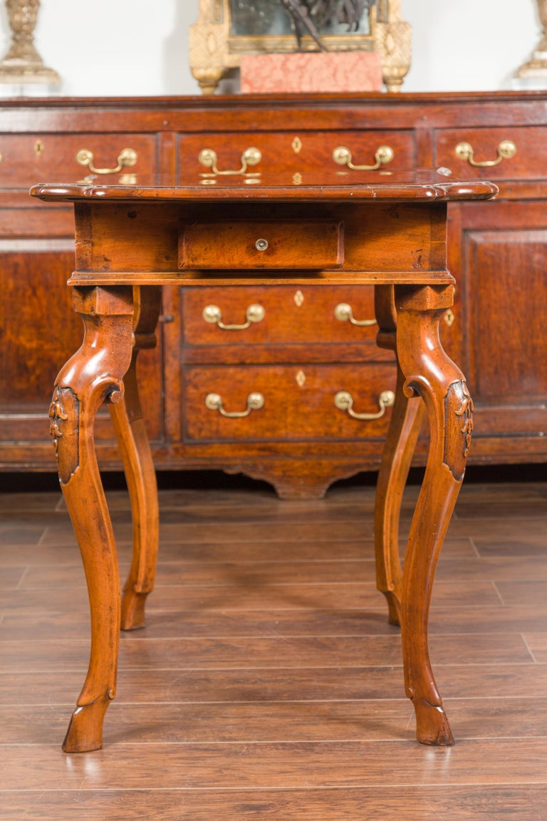 Northern Italian 1720s Régence Walnut Side Table with Four Drawers and Cabrioles For Sale 12