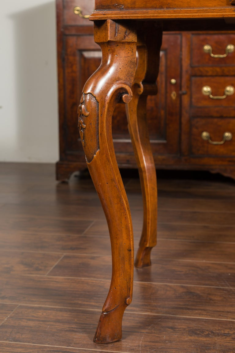Northern Italian 1720s Régence Walnut Side Table with Four Drawers and Cabrioles For Sale 2