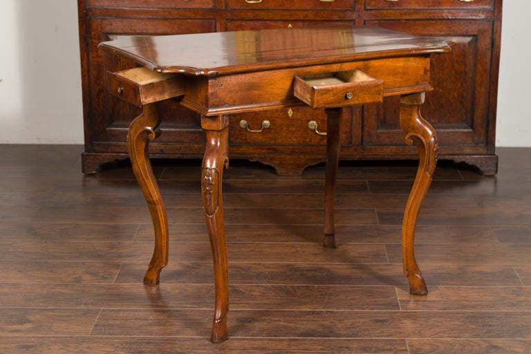 Northern Italian 1720s Régence Walnut Side Table with Four Drawers and Cabrioles For Sale 4