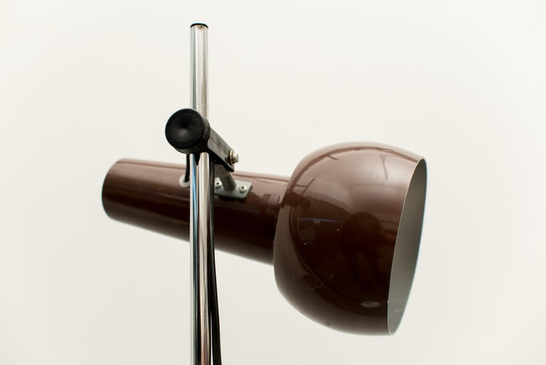 This floor lamp is made of brown-lacquered metal with joints in aluminum. The piece requires one bulb.