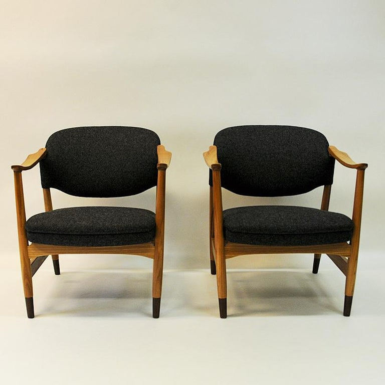 Rare and beautiful midcentury pair of Norwegian manufactured armchairs of model 1666 designed by Olav Anker Hessen and produced by P. I. Langlo, 1950s, Norway. The chairs are made of elm tree and have new upholstered back and seat cushions