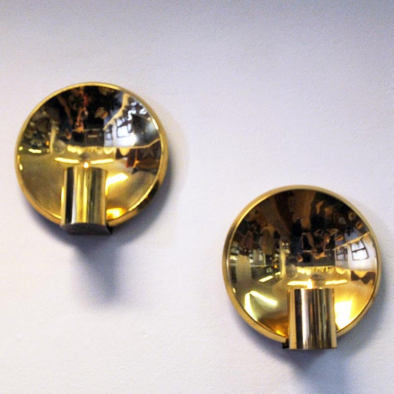 Attractive pair of mid-century wall candleholders of brass made by Colseth Norway in the 1960s. With tulip shaped smoky amber colored glass shadse placed in front of the curved and circular brass back panel. Removable glass. For tea lights. Good