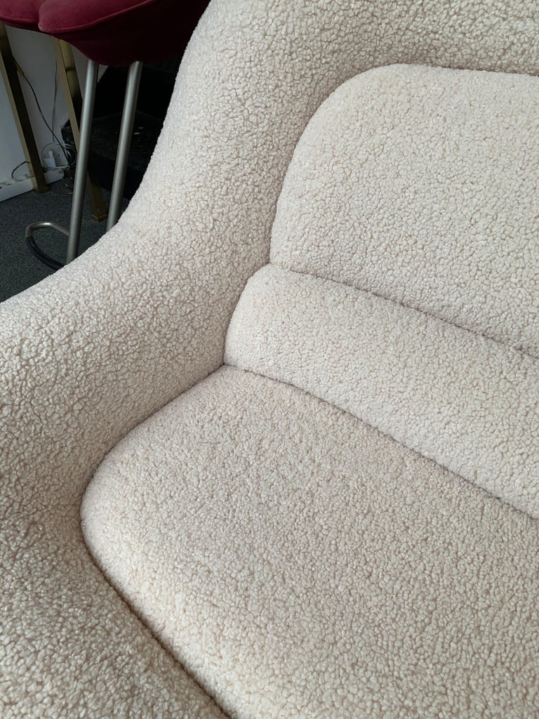 Rare Nuava sofa, couch or settee by Emilio Guarnacci for his editor 1P (1969) New upholstery with a bouclé sheep style fabric. Famous design like Gio Ponti, Gianfranco Frattini, Cassina, Osvaldo Borsani, Joe Colombo, Vico Magistretti, Ico Luisa