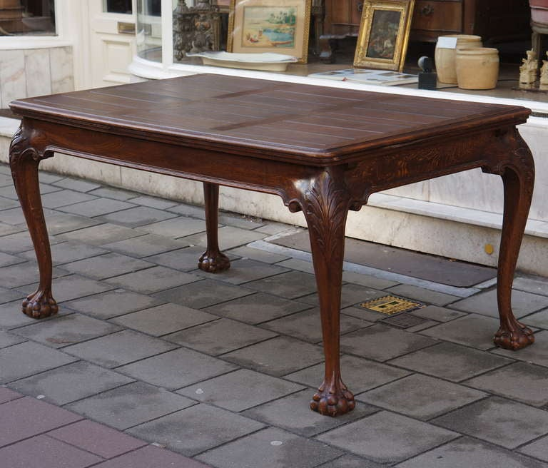 Dating from the early 20th century, resting on cabriole legs with claw and ball feet. Two extensions hidden under the plank-structured top.  Total length extendable table 278 cm. Normal length 158 cm. Height:77 cm.