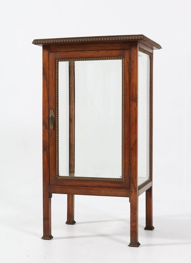 Oak French Art Deco Display Cabinet with Beveled Glass, 1930s In Good Condition For Sale In Amsterdam, NL