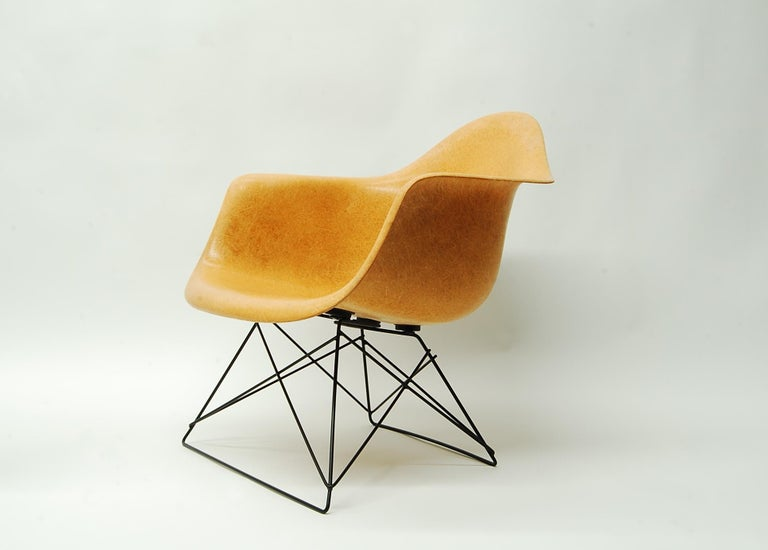 Ochre Eames Armshell on Cats Cradle Base In Good Condition For Sale In Providence, RI