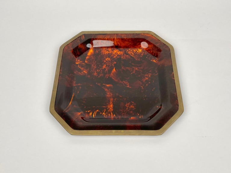 Octagonal centerpiece tray in tortoise shell-effect lucite and brass borders in the style of Christian Dior. Made in Italy in the 1970s.