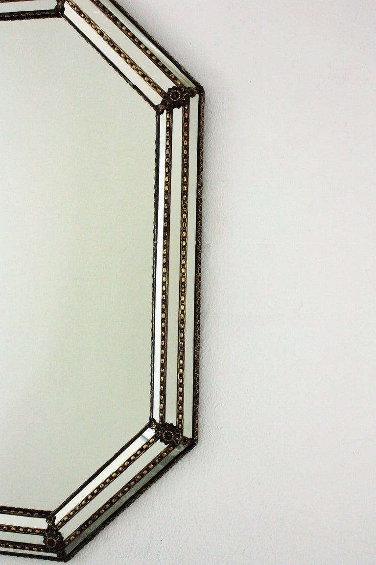 Octagonal Venetian Style Mirror with Brass Details In Good Condition For Sale In Barcelona, ES