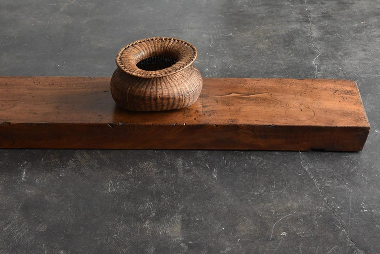 It is a work table used by old Japanese craftsmen. This was used to hang a plane on a wooden square bar. It is an item from the Showa period.  The material is zelkova.  It is heavy and hard. However, there is no big warp and I think it is in