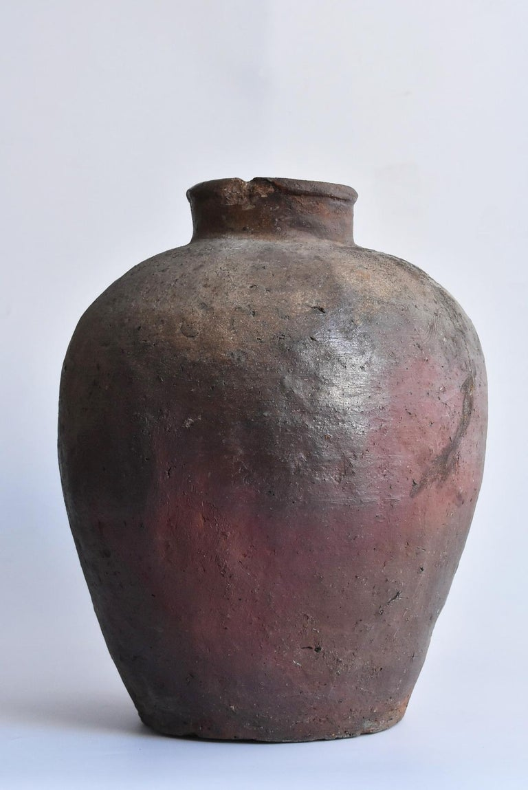 We Japanese introduce unique items with unique aesthetics, purchasing routes, and ways that no one can imitate. From the characteristics of the shape and the pattern of the waves, I think it is an old Japanese Bizen ware vase from the 15th-16th
