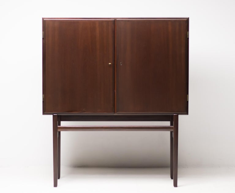 Elegant upright 1950s cabinet in beautifully grained mahogany.