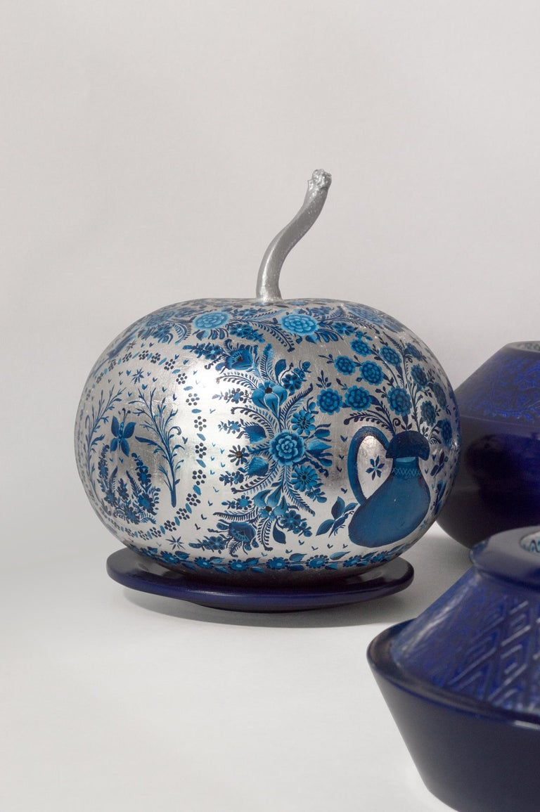 Modern Olinalá Mexican Traditional Lacquer, Silver Leaf and Oil Painting Art Urns For Sale
