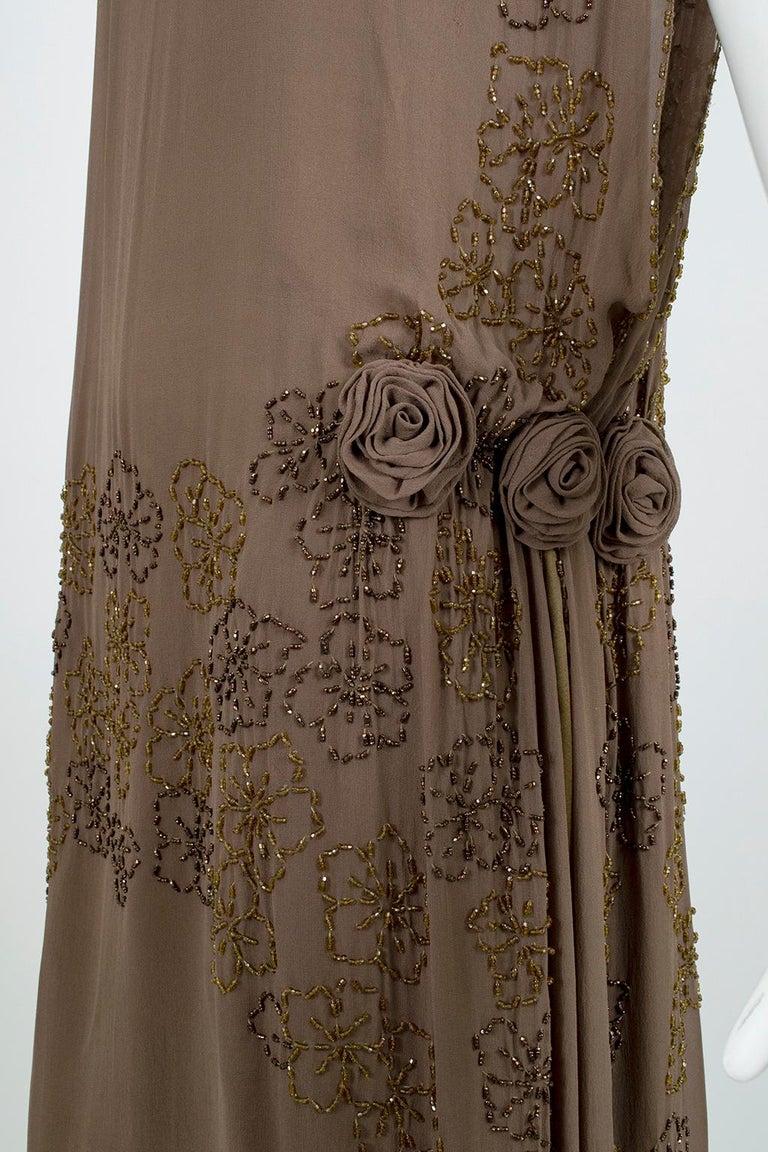 Olive Brown Split-Shoulder Tabard Flapper Dress with Hip Rosettes – S, 1920s For Sale 6