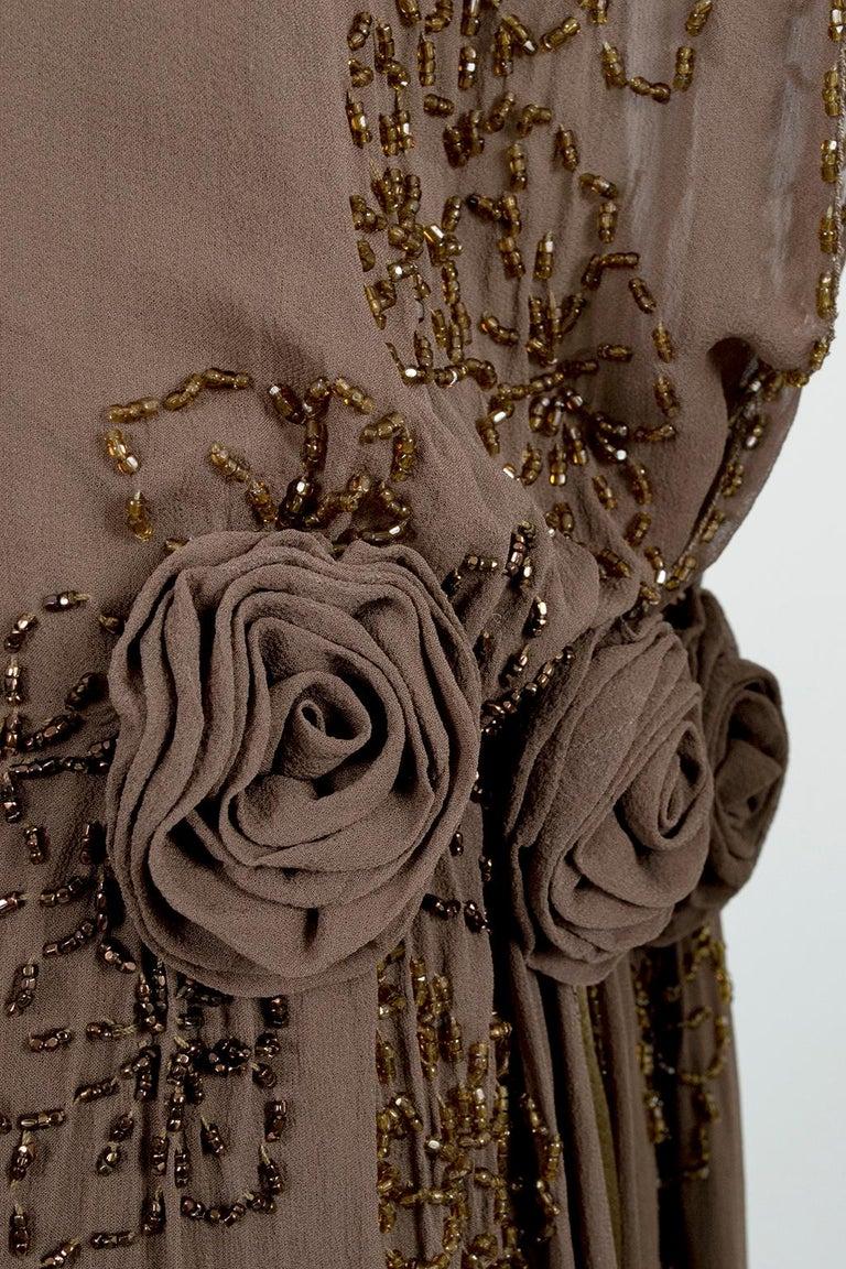 Olive Brown Split-Shoulder Tabard Flapper Dress with Hip Rosettes – S, 1920s For Sale 7