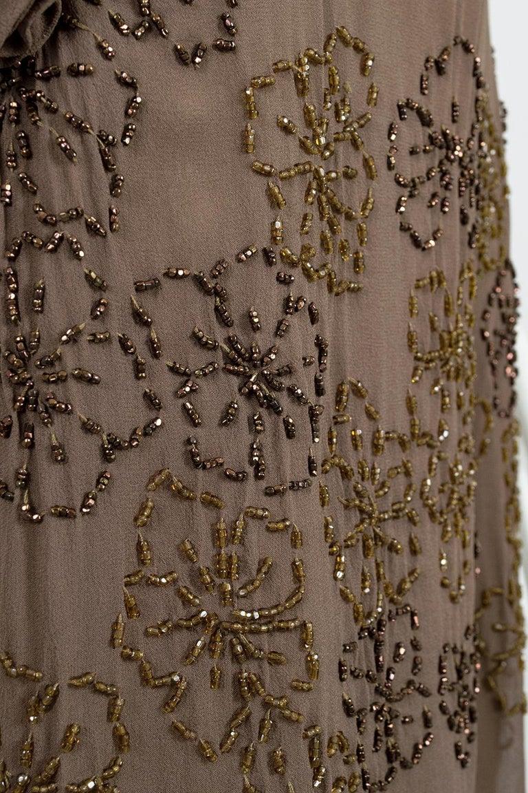 Olive Brown Split-Shoulder Tabard Flapper Dress with Hip Rosettes – S, 1920s For Sale 8