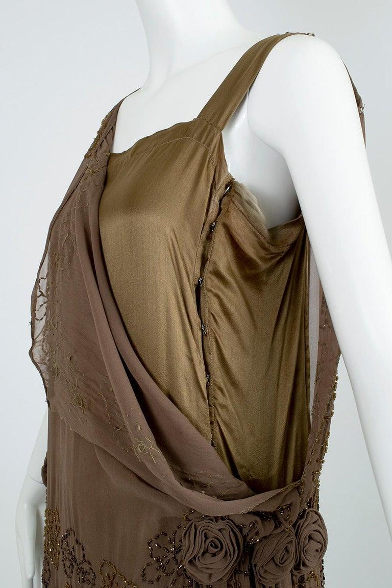 Olive Brown Split-Shoulder Tabard Flapper Dress with Hip Rosettes – S, 1920s For Sale 10
