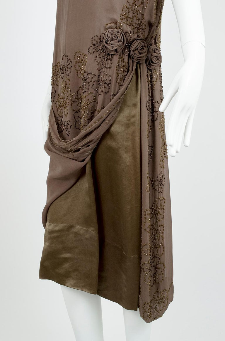 Olive Brown Split-Shoulder Tabard Flapper Dress with Hip Rosettes – S, 1920s For Sale 11