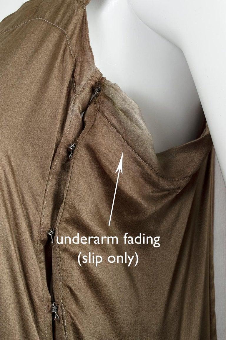 Olive Brown Split-Shoulder Tabard Flapper Dress with Hip Rosettes – S, 1920s For Sale 12