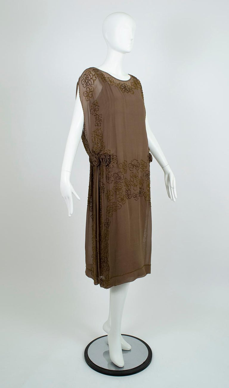 Olive Brown Split-Shoulder Tabard Flapper Dress with Hip Rosettes – S, 1920s In Good Condition For Sale In Tucson, AZ