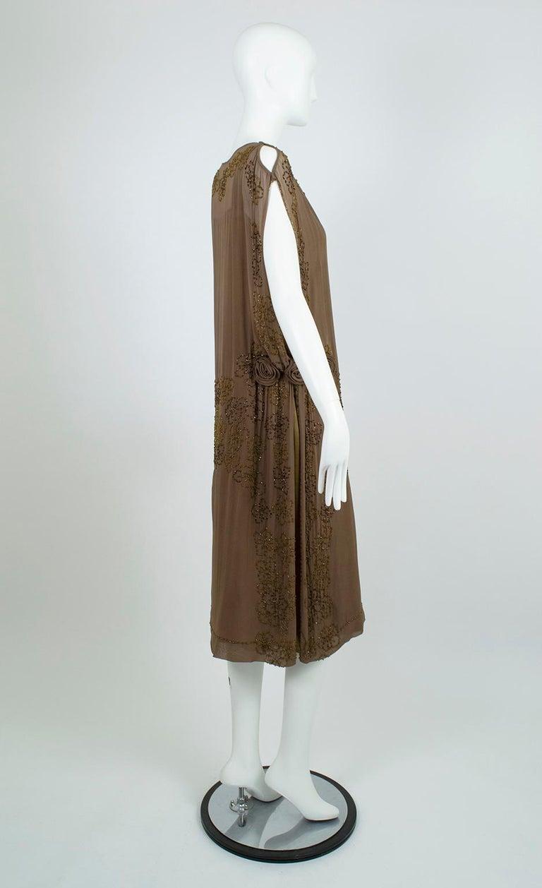 Women's Olive Brown Split-Shoulder Tabard Flapper Dress with Hip Rosettes – S, 1920s For Sale