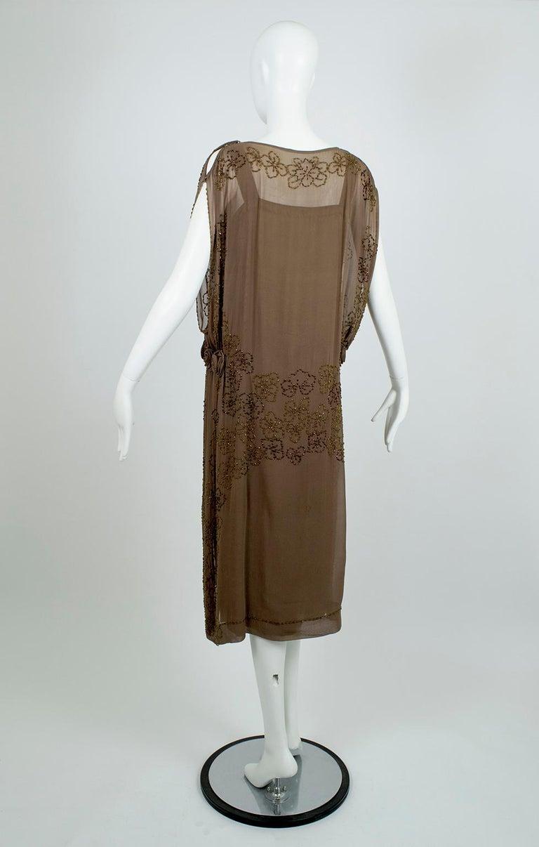 Olive Brown Split-Shoulder Tabard Flapper Dress with Hip Rosettes – S, 1920s For Sale 1