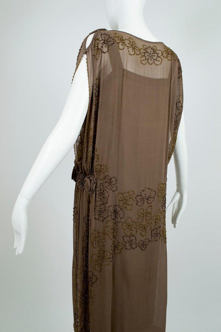Olive Brown Split-Shoulder Tabard Flapper Dress with Hip Rosettes – S, 1920s For Sale 2