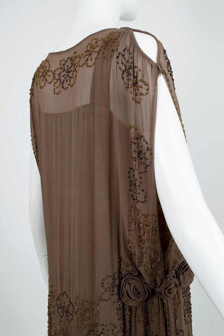 Olive Brown Split-Shoulder Tabard Flapper Dress with Hip Rosettes – S, 1920s For Sale 4