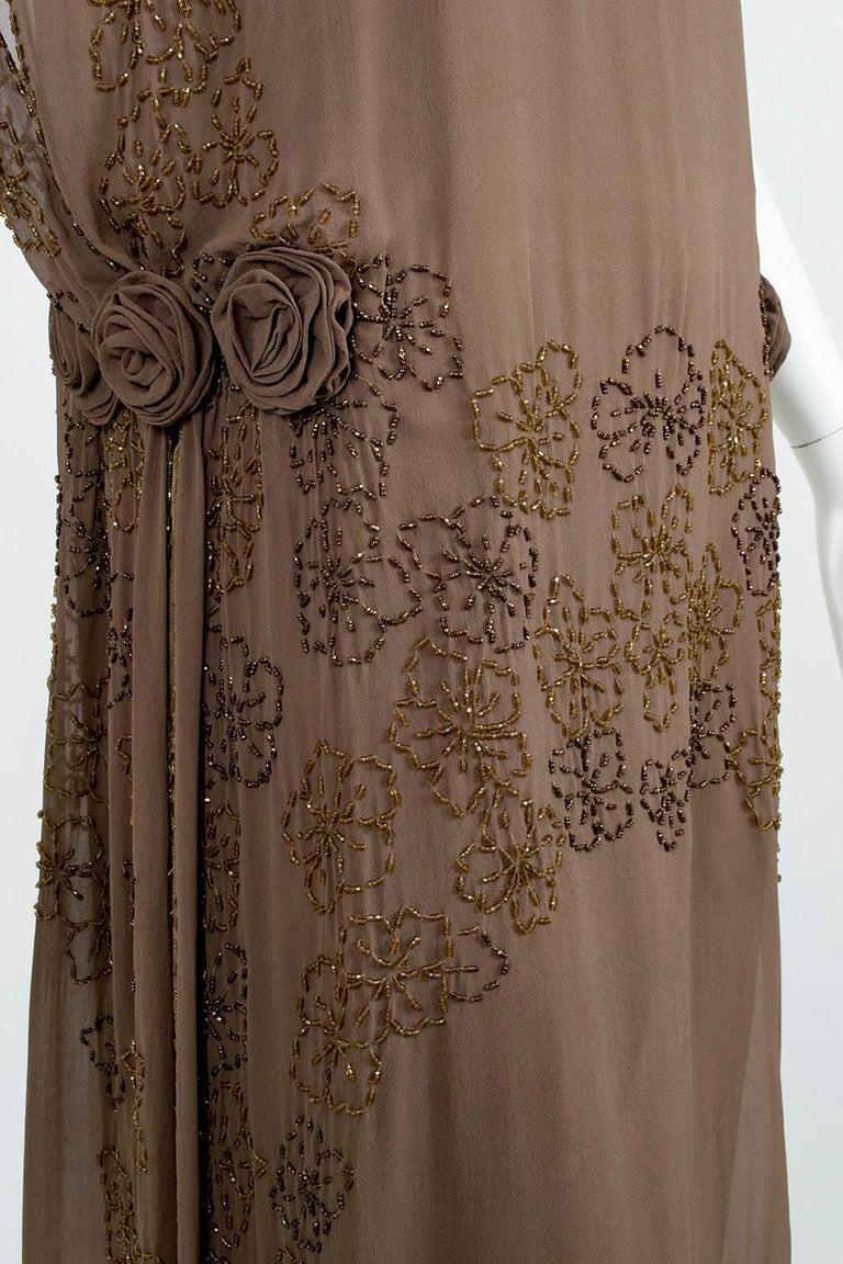 Olive Brown Split-Shoulder Tabard Flapper Dress with Hip Rosettes – S, 1920s For Sale 5