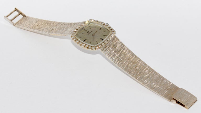 Omega Ladies Wrist Watch, 18 Karat White Gold and Diamonds, Manual Winding In Good Condition For Sale In Berlin, DE