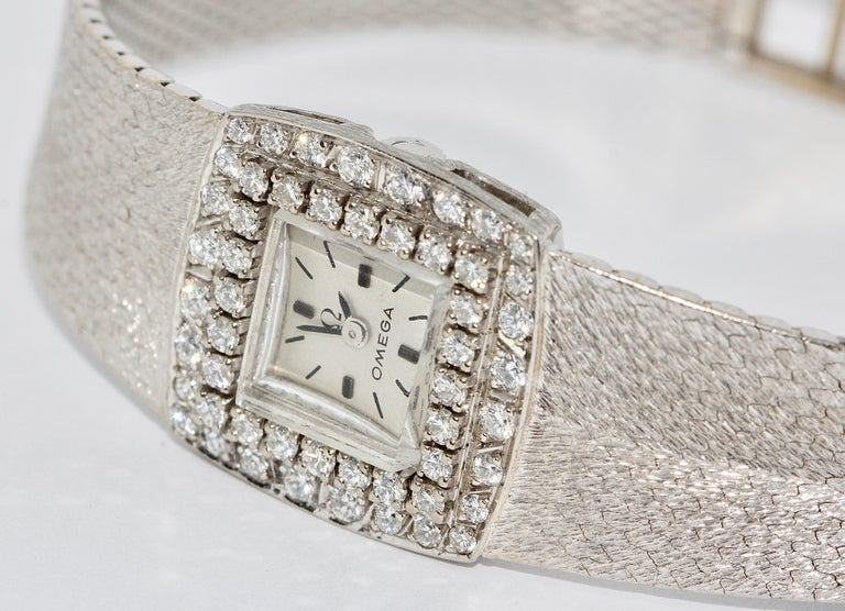 Omega Ladies Wristwatch, 18 Karat White Gold, with Diamonds, Manual Wind In Good Condition For Sale In Berlin, DE