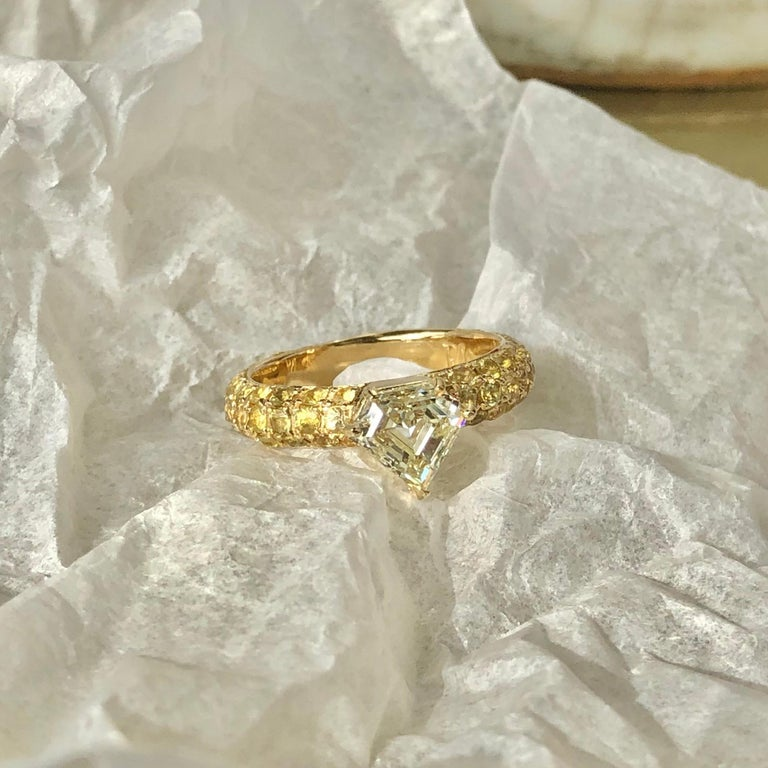 One of a Kind Ralph Masri 1.17 Carat Diamond Yellow Sapphire Ring In New Condition For Sale In Beirut, Beirut