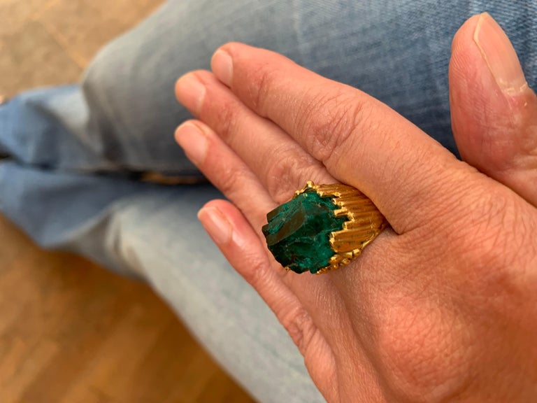 One of a Kind Roland Schad Rough Dioptase 18 Carat Yellow Gold Granite Ring In Good Condition For Sale In Paris, FR