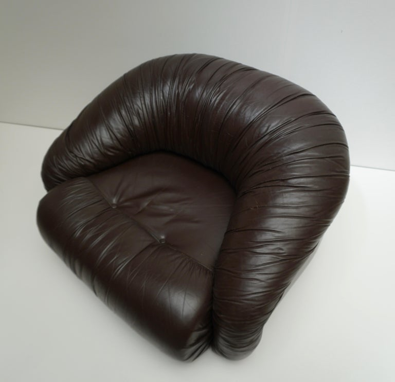 One of Two Leather Lounge Chairs in the Style of Gianfranco Frattini for Cassina For Sale 3