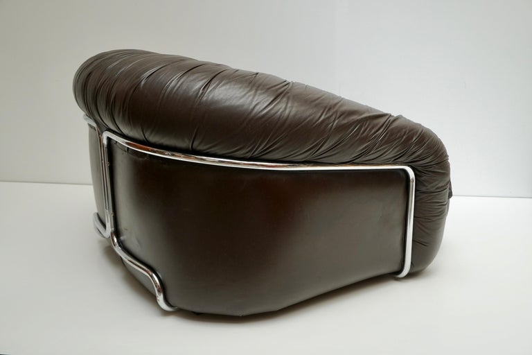 One of Two Leather Lounge Chairs in the Style of Gianfranco Frattini for Cassina For Sale 1