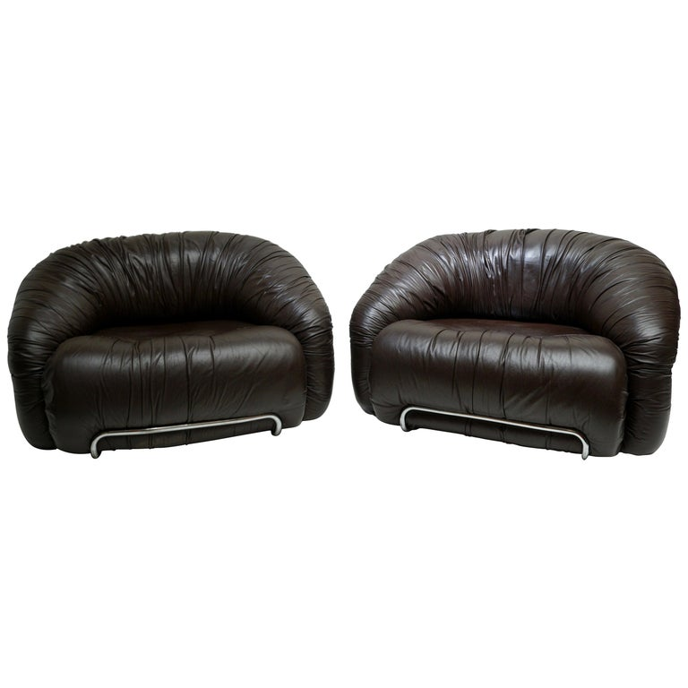 One of Two Leather Lounge Chairs in the Style of Gianfranco Frattini for Cassina For Sale