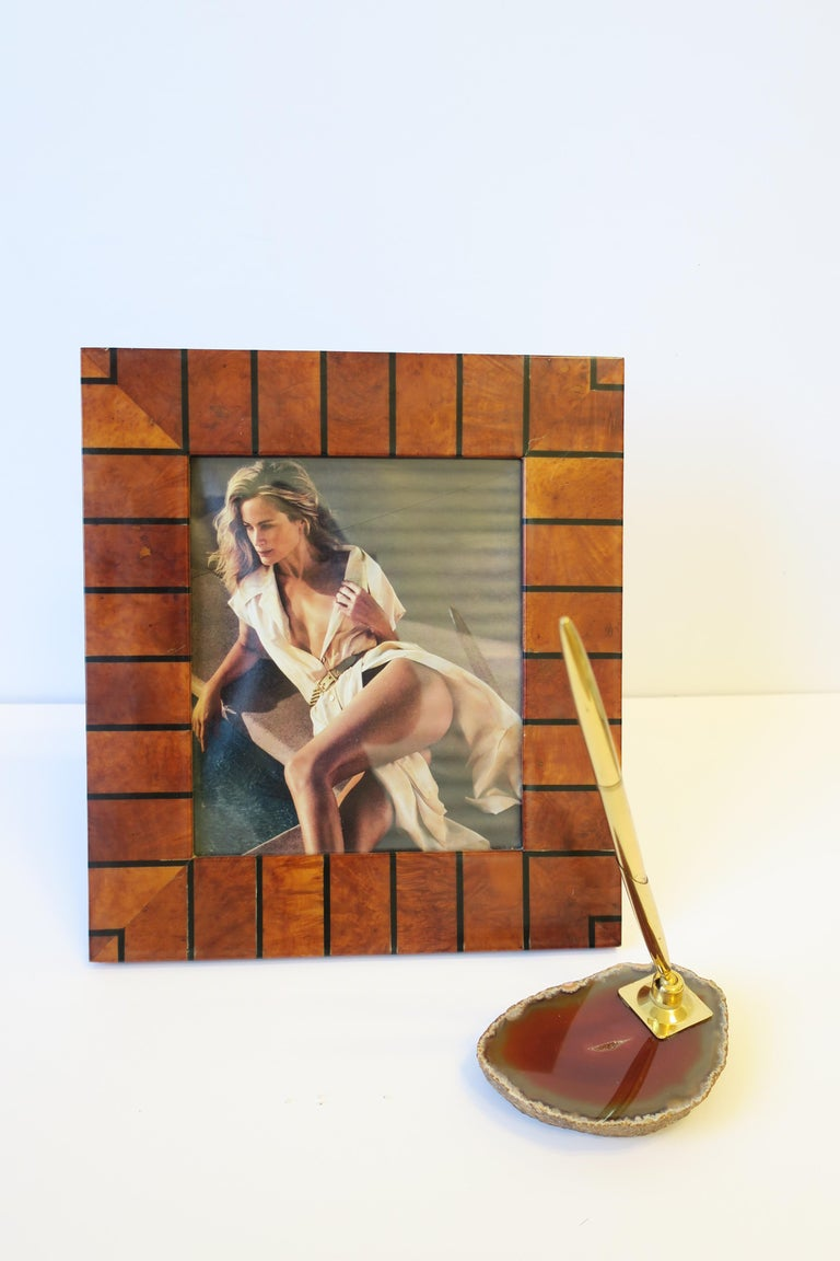 A beautiful 1970s modern brass and onyx/agate desk pen holder. Onyx/agate is dark orange and ox blood hues. Pen is in working order.   Picture frame in image #2 also available, search 1stdibs ID: LU1314212493762.