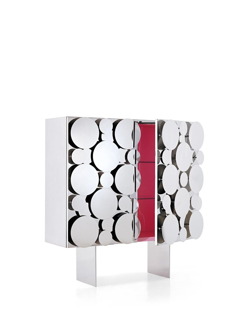 It is the different meaning given to the term Gagà in Italian and in French, the two languages he loves, that designer Maurizio Galante reflected upon in conceiving his Gagà, the collection that includes two sideboards, characterized by surfaces