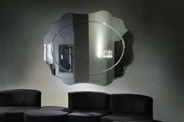 Regio and Regino, the wall mirrors of Paola Navone recall the eighteen and nineteenth century archetypes, capturing the characteristic trait, but becoming their modern revision. Shaped following the classic lines, they feature a silver decor