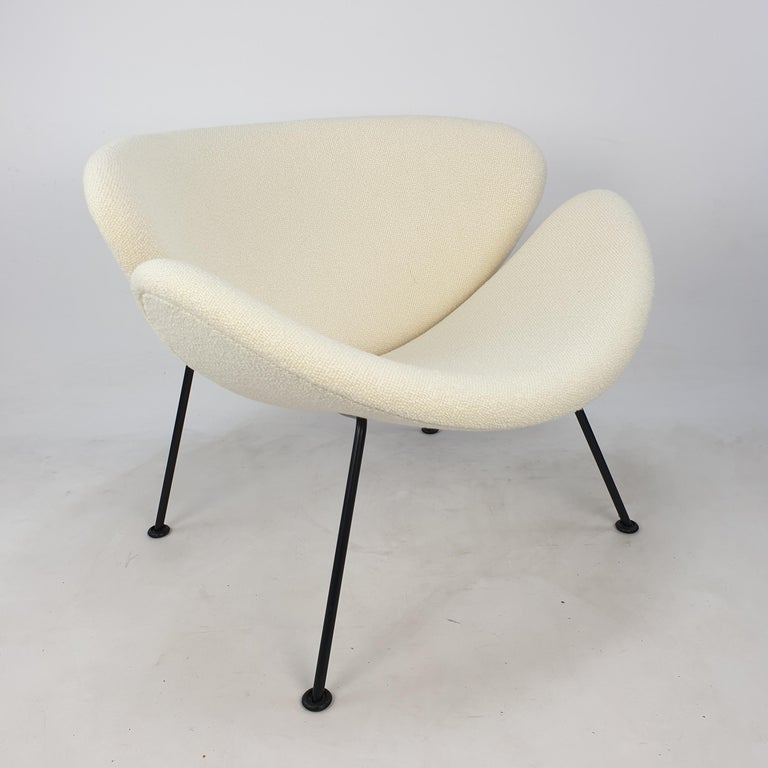 The famous Artifort orange slice chair by Pierre Paulin. Designed in the 60's and produced in the 80's. Cute and very comfortable chair. This is a rare edition with (original) black legs. The chair has new foam and has just been reupholstered with
