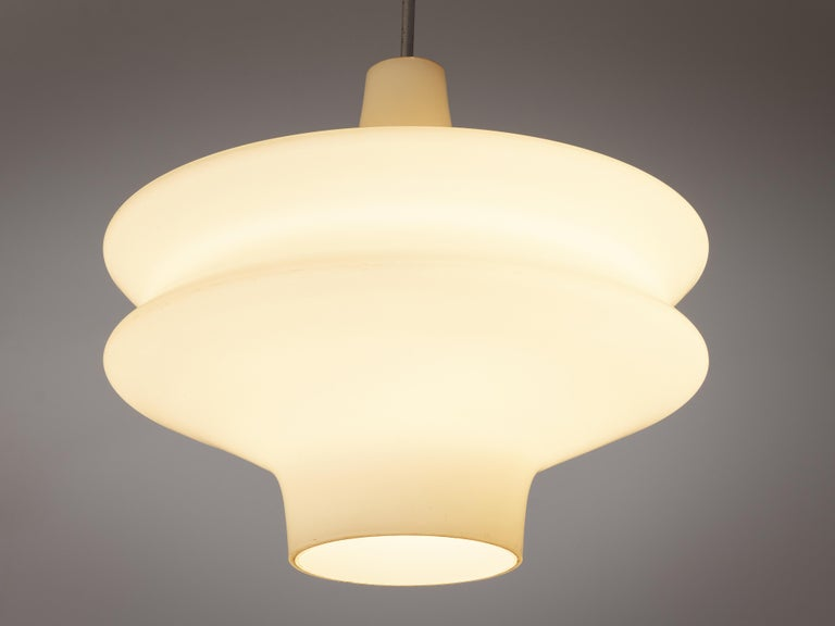Organic Pendant in Opaline Glass In Good Condition For Sale In Waalwijk, NL