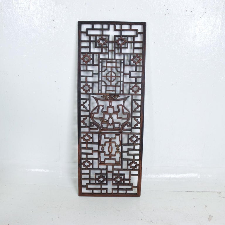 For your consideration, an oriental Asian rosewood wall sculptural antique panel screen.   Made in Asia, circa 1940s.    No markings present from the maker.   Dimensions: 14 1/4