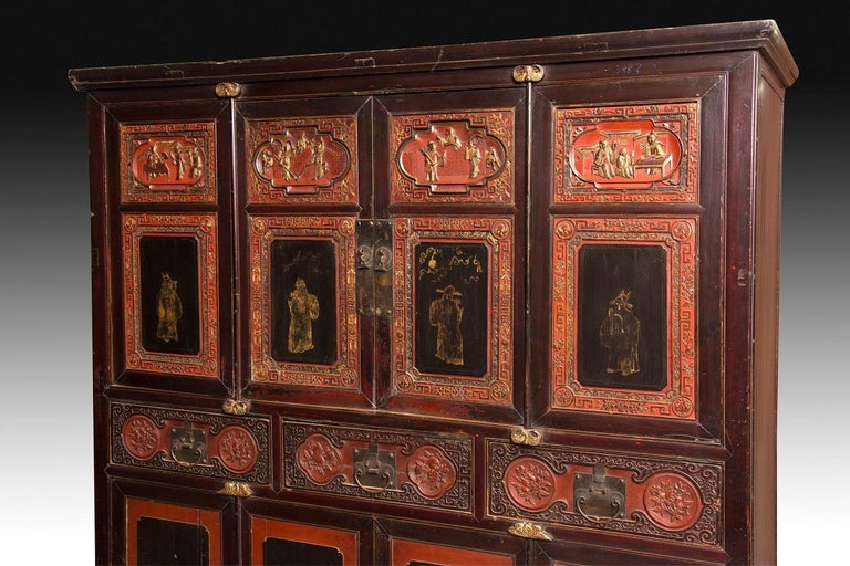 Wardrobe with four bodies and double height made of carved wood, polychrome and gold, rectangular, slightly raised on legs and topped by a simple molding. The lack of decoration on the sides leaves the prominence that deserves a very worked front: