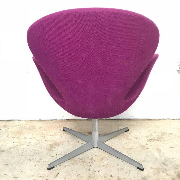 "Mid-Century Modern Original Arne Jacobsen ""Swan"" Chair No. 7105 for Fritz Hansen For Sale"