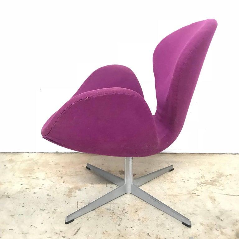 "Danish Original Arne Jacobsen ""Swan"" Chair No. 7105 for Fritz Hansen For Sale"